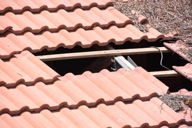 as telhas estão falta no telhado - foto de acervo