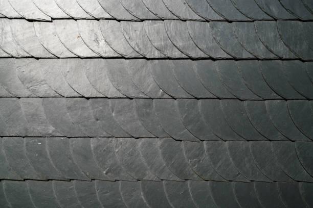 fliesen auf einem traditionellen dach - dachformen stock-fotos und bilder