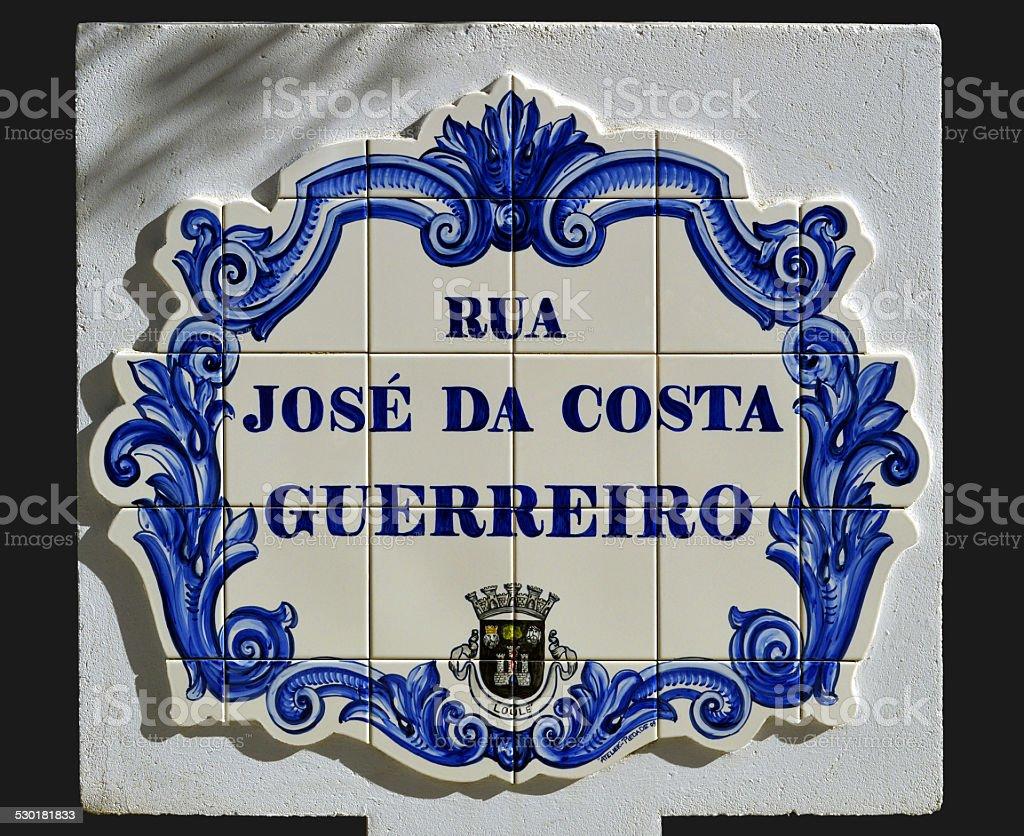 Mosaicos com a inscrição de Rua José Da Costa Guerreiro - fotografia de stock