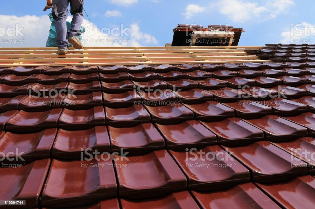 Ein Dach mit Ziegeln zu decken – Foto
