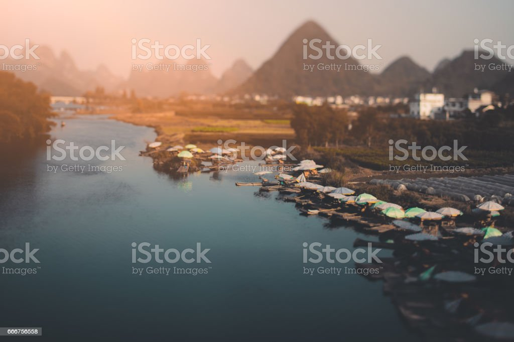 Tilt shift of harbor with rafts and umbrellas foto stock royalty-free