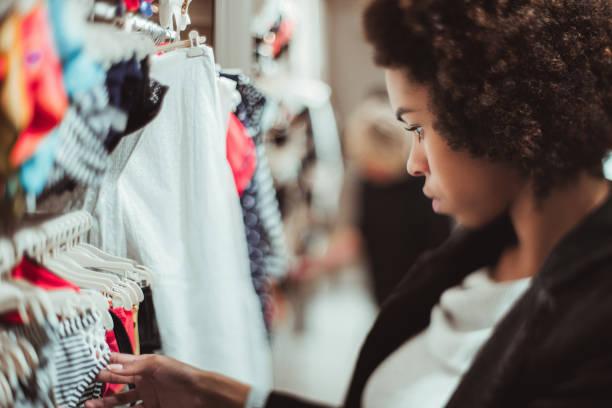 tilt shift porträt des brasilianischen mädchen während des einkaufs - hipster unterwäsche stock-fotos und bilder