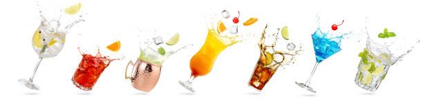 gekantelde glazen spetteren cocktails - gin tonic stockfoto's en -beelden