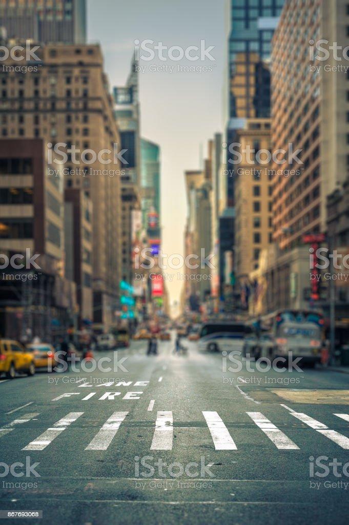 Vista de tilt-shift de cruce de peatones en una avenida de la ciudad de Nueva York - foto de stock