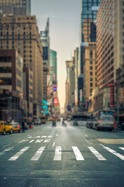 tilt-shift view of a crosswalk in a new-york city avenue - via principale foto e immagini stock