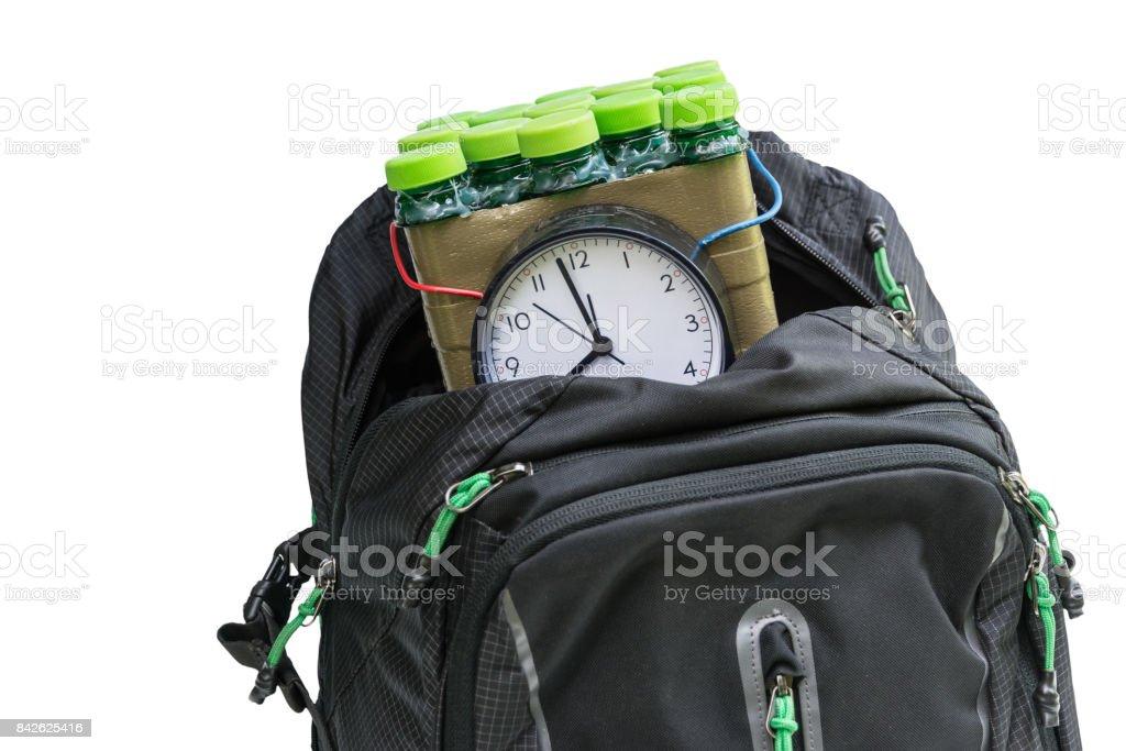 Bomba-relógio na mochila isolada no fundo branco - foto de acervo
