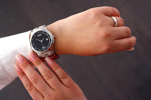 comprobación del tiempo - reloj de pulsera fotografías e imágenes de stock
