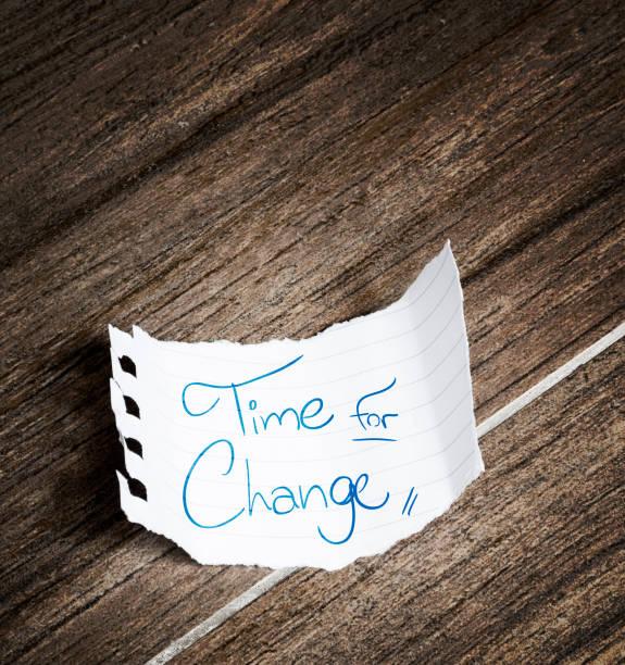 zeit für veränderung, geschrieben auf merkzettel - intelligente zitate stock-fotos und bilder