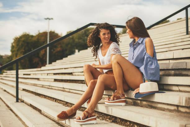 여자 친구의 이야기에 대 한 시간 - 샌들 뉴스 사진 이미지