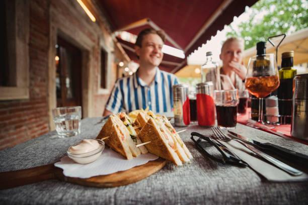 ¡hora de almorzar! - couple lunch outdoors fotografías e imágenes de stock