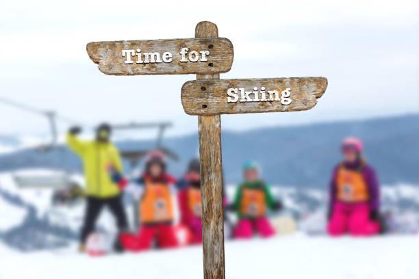 zeit zum skifahren. hinweisschild und unscharfen hintergrund. - sprüche zeit stock-fotos und bilder