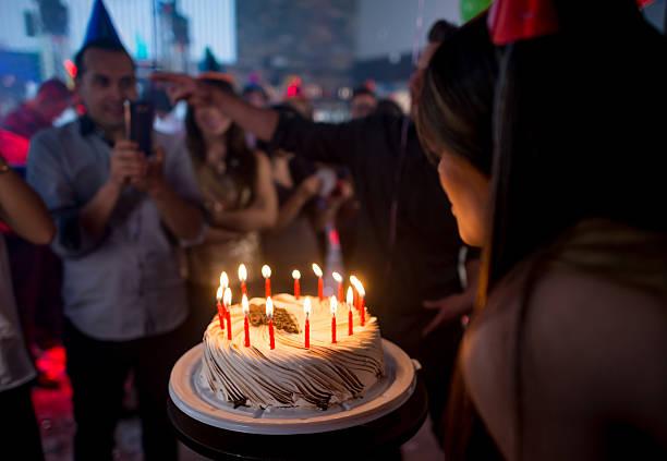 time for the birthday cake! - musik kuchen stock-fotos und bilder