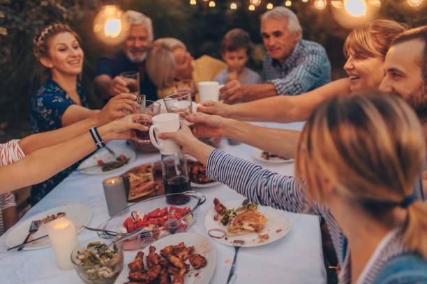 tiempo para tostadas. - family dinner fotografías e imágenes de stock