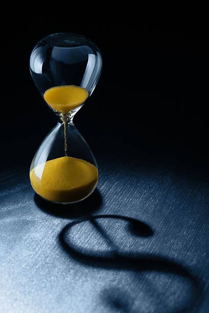 Zeit ist Geld, das Sanduhr mit Dollar-Zeichen Schatten – Foto