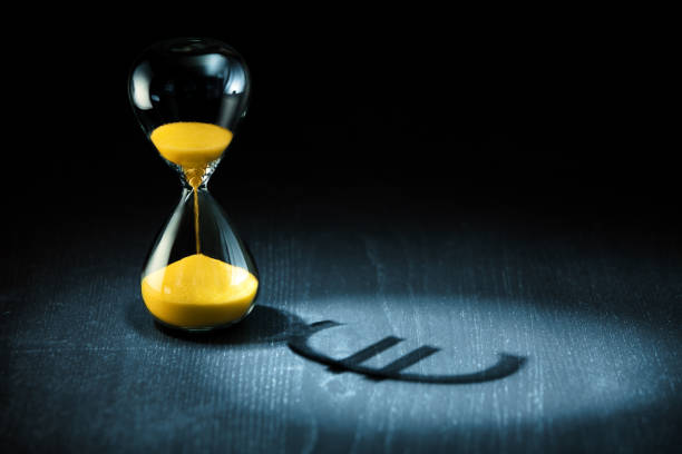 Zeit ist Geld, das Sanduhr mit Euro-Zeichen Schatten – Foto