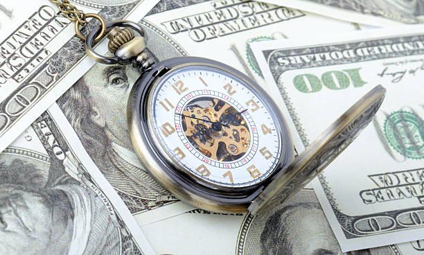 Zeit ist Geld-Konzept-Taschenuhr auf dollar-Banknoten – Foto