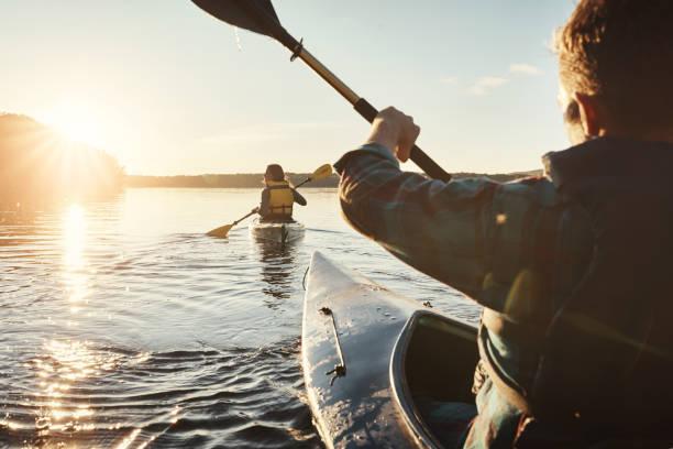 tempo para alcançá-la - caiaque canoagem e caiaque - fotografias e filmes do acervo