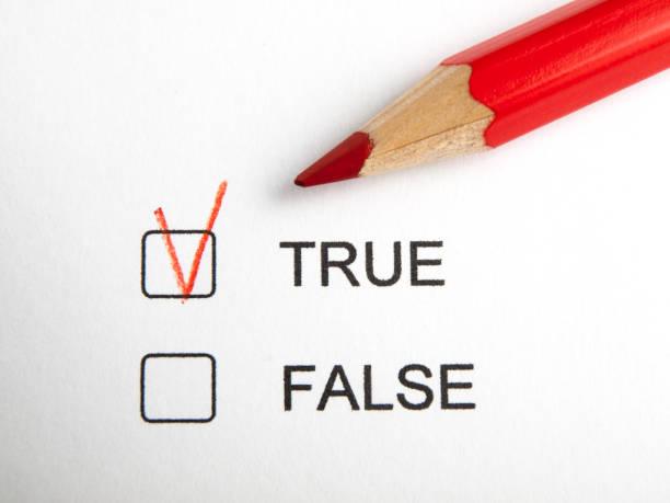 zeit, um richtig wählen nicht falsch mit roter buntstift - wahre lügen stock-fotos und bilder