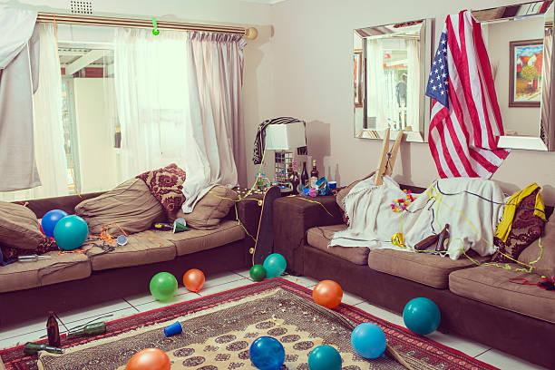 zeit zur reinigung nach der feier - partyraum stock-fotos und bilder