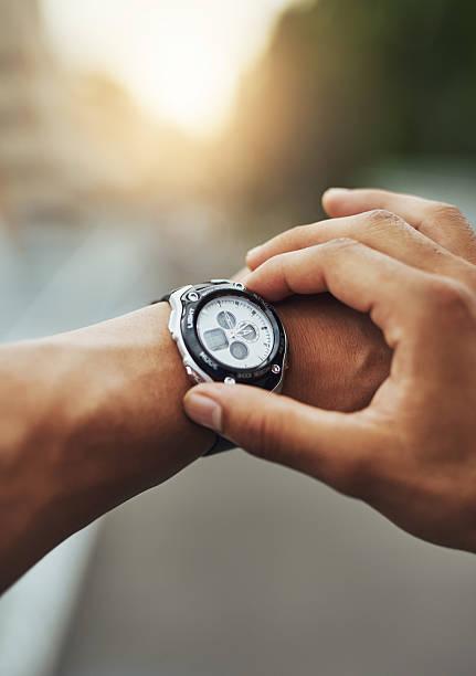 tiempo para cubrir algunos kilómetros/8 millas. - reloj de pulsera fotografías e imágenes de stock