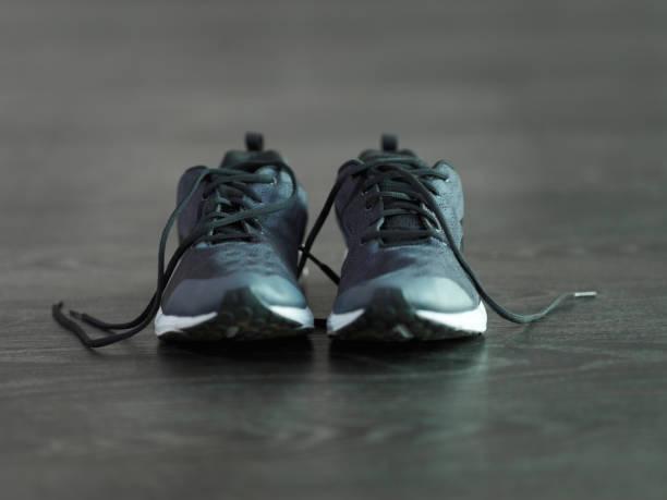 zeit zum schnüren - joggingschuhe stock-fotos und bilder