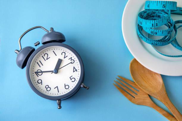Zeit zum Abnehmen, Essen, Kontrolle oder Zeit auf Diät-Konzept, Wecker mit einer gesunden Tool Konzept Dekoration auf blauem Hintergrund – Foto
