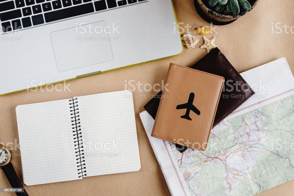 hora de conceito de viagem plano, caderno elegante relógio de mapa e passaporte em fundo de ofício - Foto de stock de Arranjo royalty-free