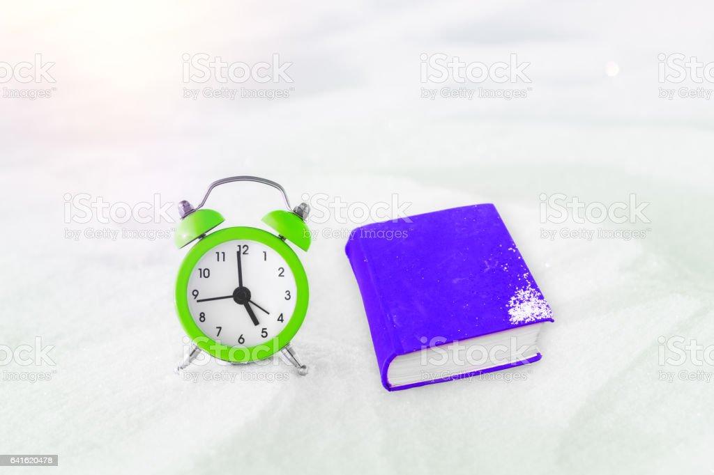 Zeit Zum Lesen Buch Und Vintage Wecker Auf Dem Schnee Das