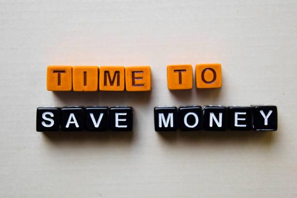 zeit, um geld auf holzblöcken zu sparen. geschäfts-und inspirationskonzept - sprüche zeit stock-fotos und bilder