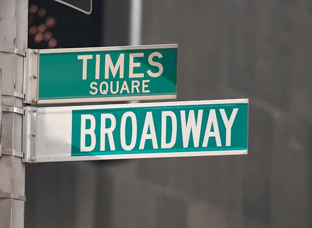 times square und broadway street beschilderung - straßenschild stock-fotos und bilder
