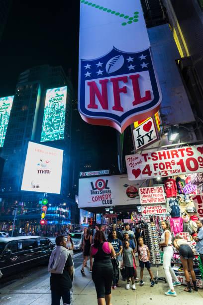 times square bei nacht in new york city, usa - auto trennwand stock-fotos und bilder