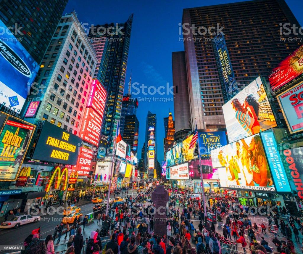 Times Square em Nova Iorque ao entardecer - foto de acervo