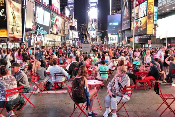 times square malam, new york - traveler new york potret stok, foto, & gambar bebas royalti