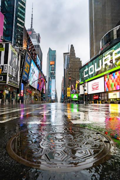 タイムズスクエアnycパンデミック中の空の通り - corona newyork ストックフォトと画像