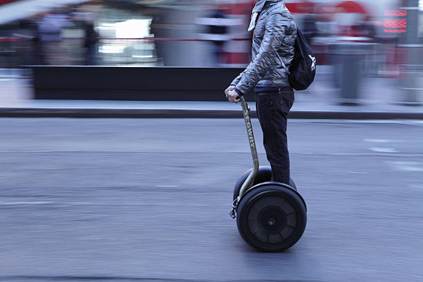 Times Square NYC Mann auf einem Segway Beschleunigung – Foto