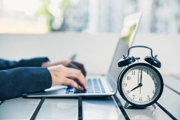 czas do pracy w godzinach porannych, mobilny styl życia biznesowego pracy z laptopem na zewnątrz. - czas zdjęcia i obrazy z banku zdjęć