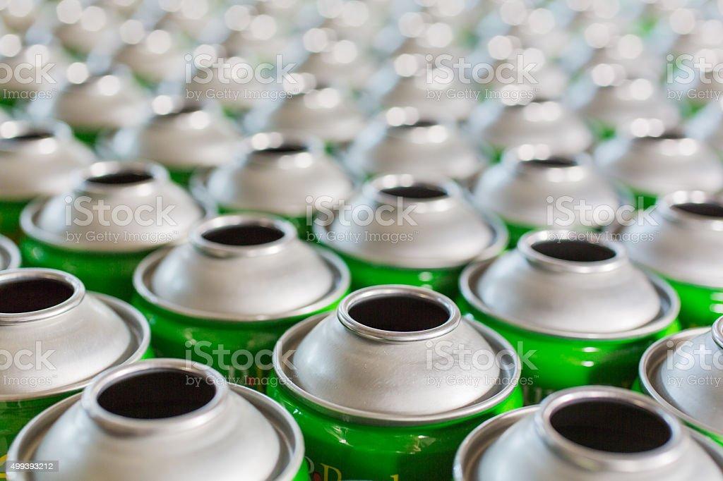 Estaño de tubos en blanco en las filas listo para producir fabricación - foto de stock