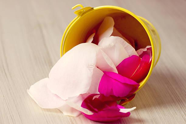 tin eimer gefüllt mit rosenblättern - zinn hochzeit stock-fotos und bilder