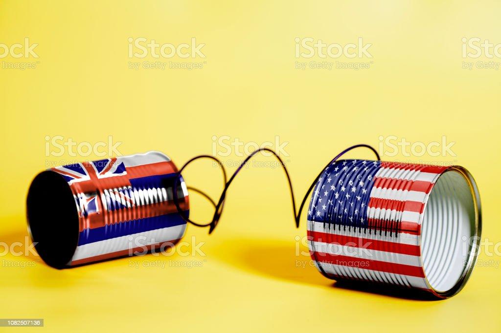 telefone de lata com EUA e sinalizadores de estado de Havaí EUA. conceito de comunicação - foto de acervo