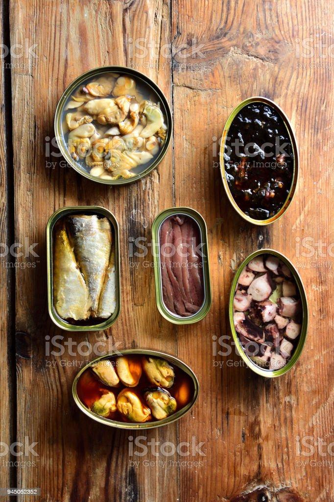 latas de lata sobre una mesa - foto de stock