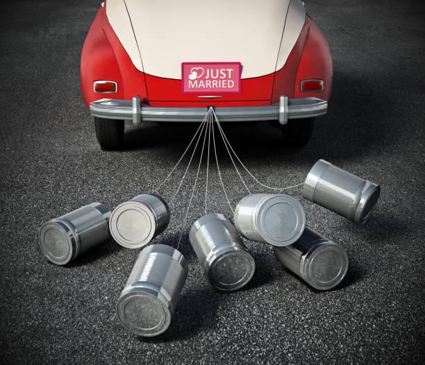blechdosen an der hinteren stoßstange gebunden und alte, klassische autos. neues konzept der ehe - zinn hochzeit stock-fotos und bilder