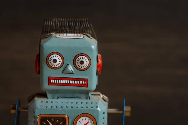 Robot jouet sur fond de bois sombre - Photo
