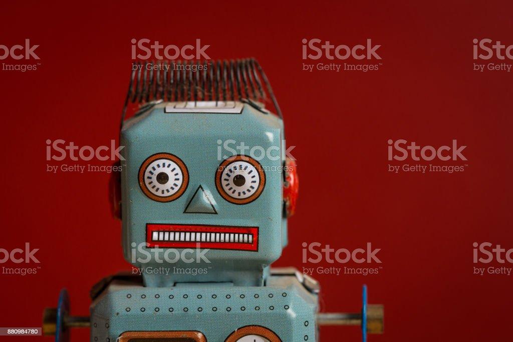 Robot jouet sur fond rouge - Photo