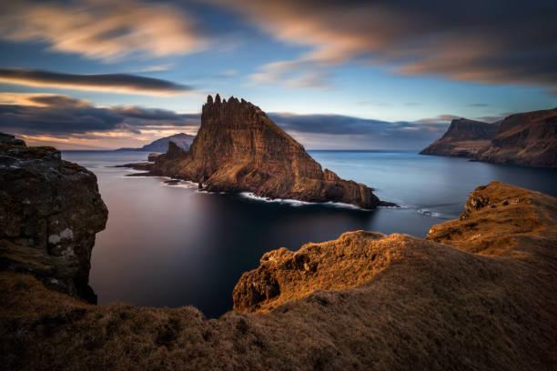 tindholmur island zonsondergang - faeröer stockfoto's en -beelden