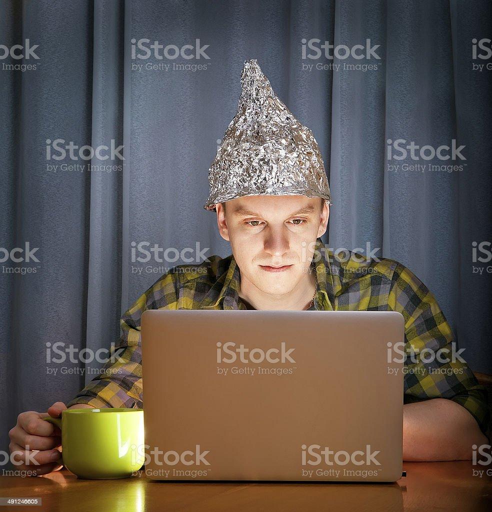Alufolie abgedecktes Hut gegen mass media – Foto