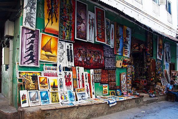 "veranstaltungsraum tingatinga"" gemälde in tansania"" - naive malerei stock-fotos und bilder"