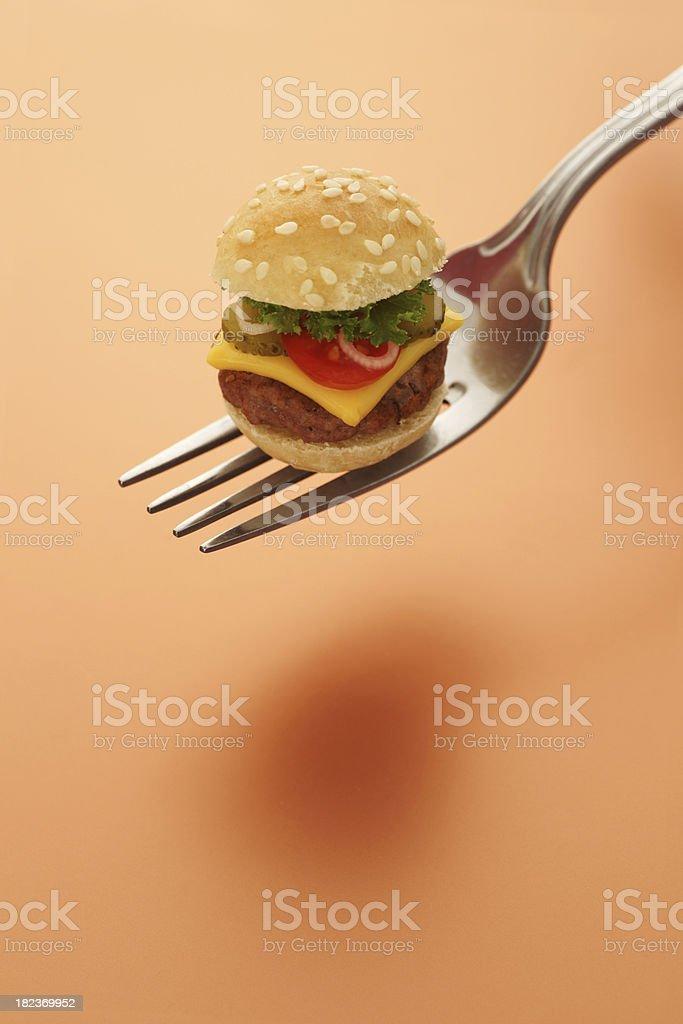 Winzige Cheeseburger auf einer Gabel – Foto