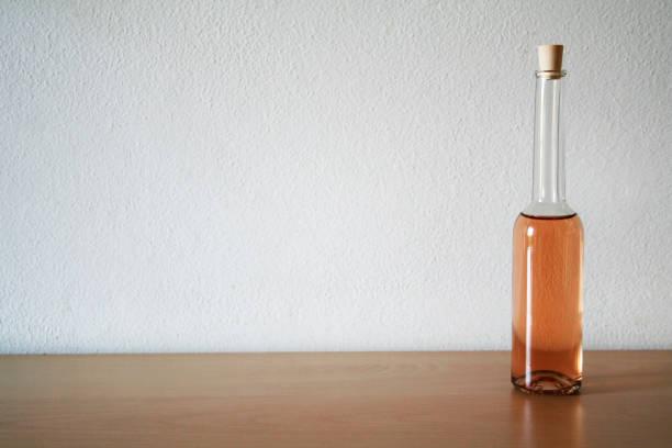 kleine glasflasche - mini weinflaschen stock-fotos und bilder
