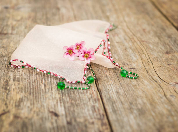 Kleine Rosa Blumen und Tuch auf eine alte schäbig Schreibtisch – Foto