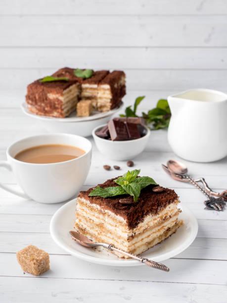 tiramisu dessert mit minze und kaffee auf weißer holztisch - schokolade gebratene kuchen stock-fotos und bilder